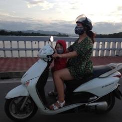 L'enfant sur le scooter