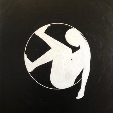 Femme semi-inscrite dans un cercle