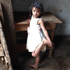 La petite fille au pied dans la main