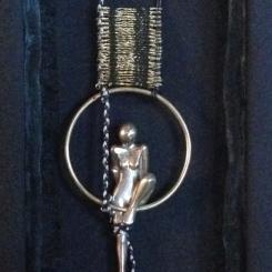 Femme inscrite dans un anneau, zoom