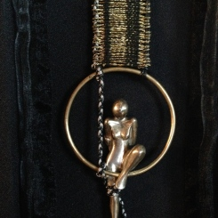 Femme inscrite dans un anneau, vue d'ensemble