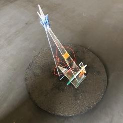 allégorie du voyage, sculpture en Plexiglas, laiton, perles